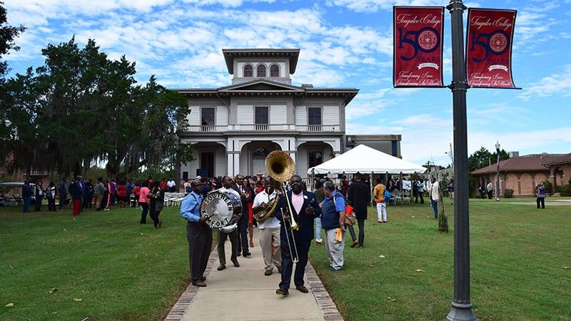 Band plays outdoors at Tougaloo College